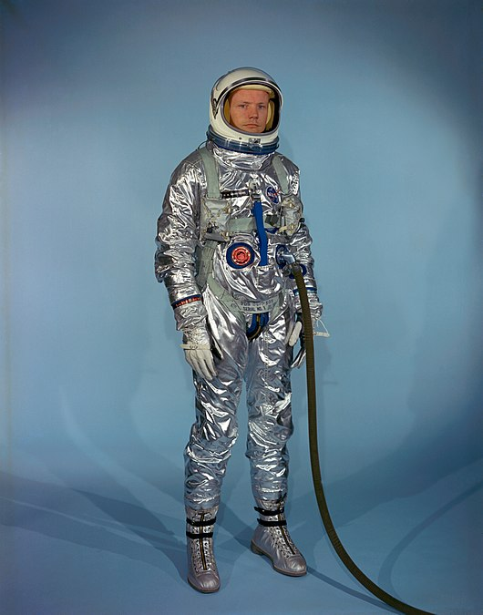Datei:Neil Armstrong in Gemini G-2C training suit.jpg