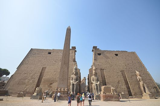 Datei:Entrance of Luxor Temple.JPG