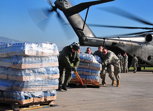 Datei:2010 Haiti earthquake relief efforts by the US Army.jpg