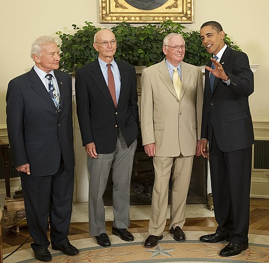 Datei:Barack Obama with Apollo 11 crew in the Oval Office 2009-07-20.jpg