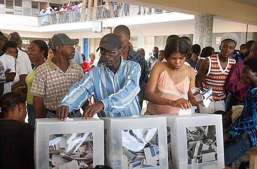 Datei:Haitians voting in the 2006 elections.jpeg