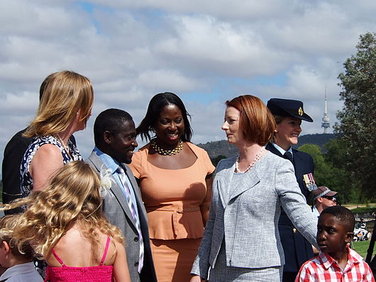 Datei:Jullia Gillard with new Australian citizens 2.jpg