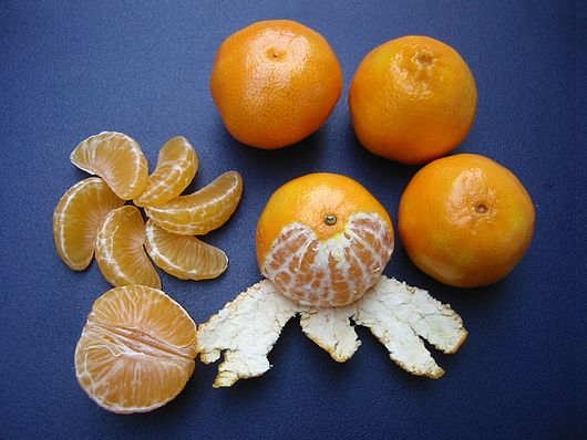 Datei:Clementines whole, peeled, half and sectioned.jpg