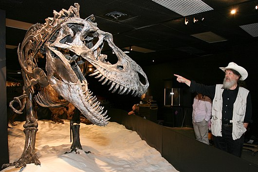 Datei:Dr. Bob Bakker with Dino.jpg