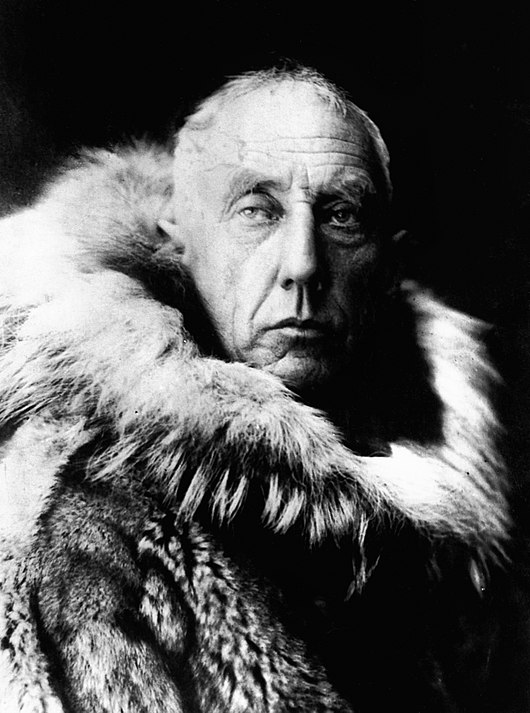 Datei:Amundsen in fur skins.jpg
