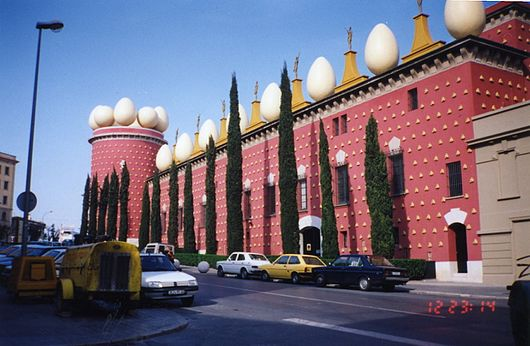 Datei:Teater Museu Gala Salvador Dali building from outside.jpg