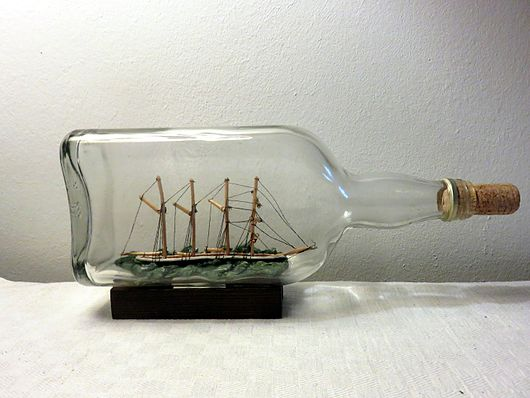 Datei:Ship in a bottle Four-master1.jpg
