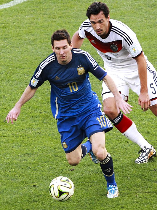 Datei:Messi in Germany and Argentina face off in the final of the World Cup 2014 -2014-07-13 (24).jpg
