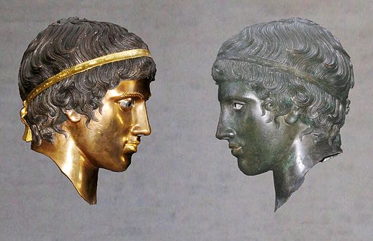 Datei:Bronze head (Glyptothek Munich 457) with and without patina Bunte Götter exhibition.jpg