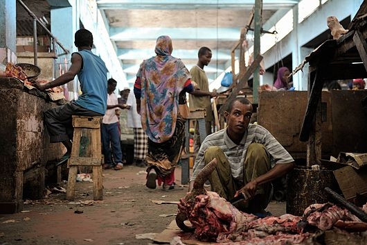 Datei:A Somali man carves up a piece of meat in Hamar Weyne's meat market in Mogadishu on October 3, ahead of Eid al-Adha. AMISOM Photo - Tobin Jones (15424403931).jpg