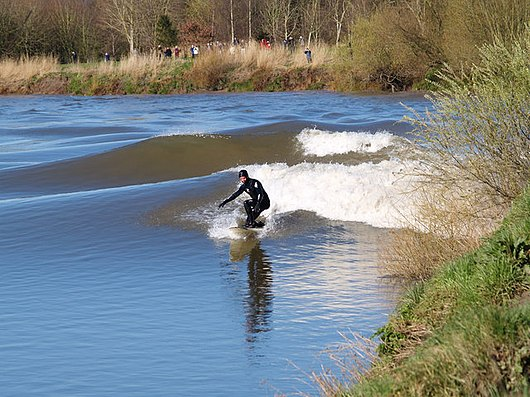 Datei:Surfing the Severn bore. Minsterworth. 21-3-07 - geograph.org.uk - 379254.jpg