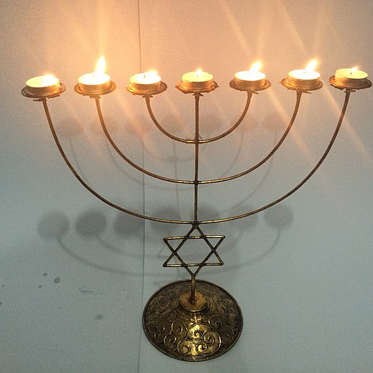 Datei:7-tea ight candle menorah with star of David design by THE BLUESMITH COMPANY Philippines.JPG