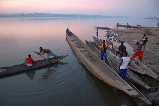 Datei:Pirogues on the Congo River -a.jpg