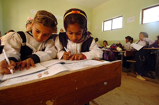 Datei:US Navy 050322-N-5319A-013 Iraqi schoolchildren study grammar as U.S. Army Soldiers assigned to the 155th Brigade Combat Team (BCT) from Tupelo, Miss., deliver school supplies.jpg