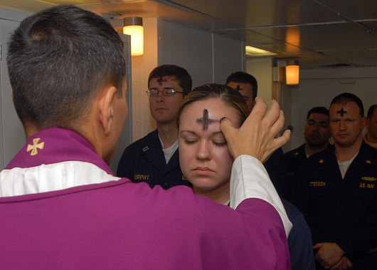 Datei:US Navy 080206-N-7869M-057 Electronics Technician 3rd Class Leila Tardieu receives the sacramental ashes during an Ash Wednesday celebration.jpg