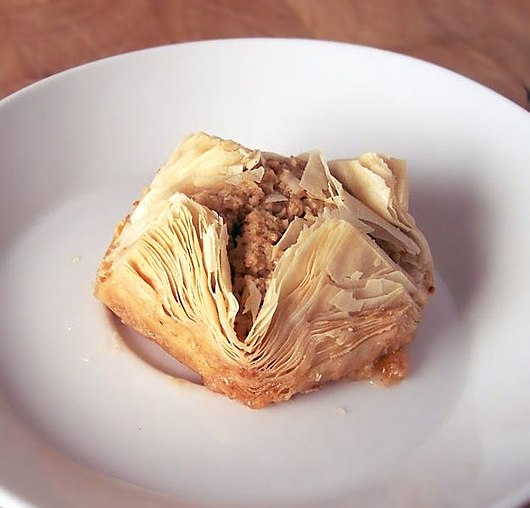 Datei:Baklava with Walnuts from Vrbjani.jpg