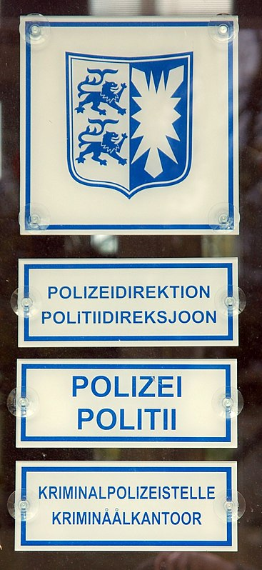 Datei:Bilingual signs German-Frisian, police station Husum, Germany 0892.JPG